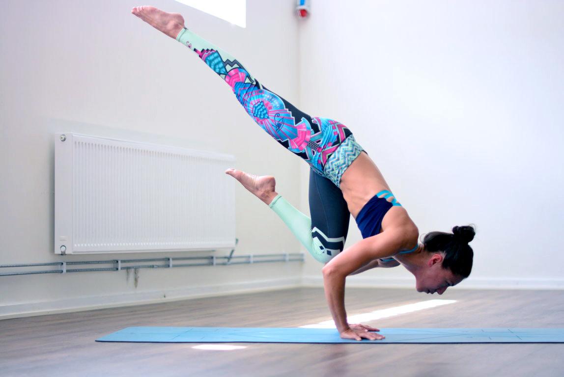 Vinyasa flow level 2 - Dynamiskt & Utmanande - Hot Yoga ...