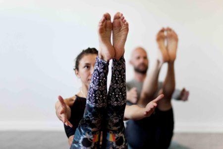 yoga i Uppsala Kvinna och man utför yoga positionen Navasana (Båten) Uppsala